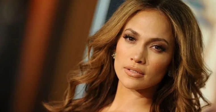 Jennifer Lopez: le choquant second plan de sa photo fait polémique, elle s'explique