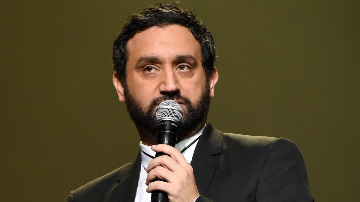 "Cyril Hanouna menace ""violemment"" une star de la chanson qui le qualifie de ""beauf"""