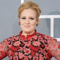 Adele fait son retour à la télévision, métamorphosée, amincie, elle ironise sur sa perte de poids