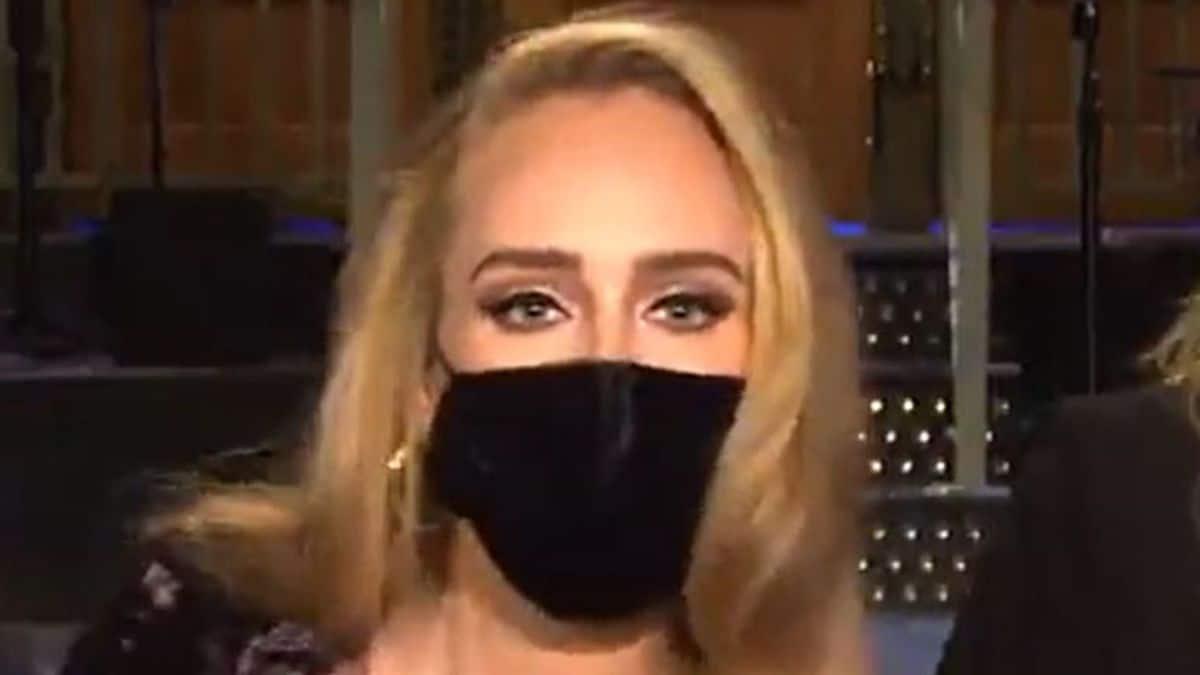 Adele métamorphosée, chemise ouverte et moulante pour montrer sa silhouette!