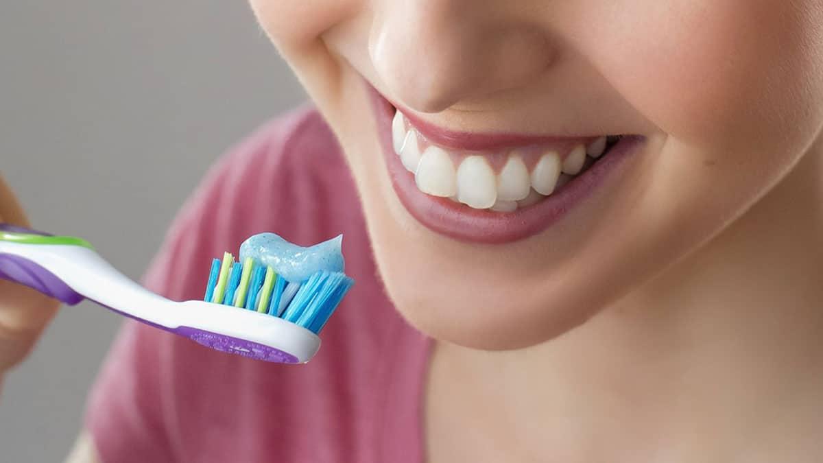 La brosse à dents est pleine de microbes ? Quand faut-il en changer ?